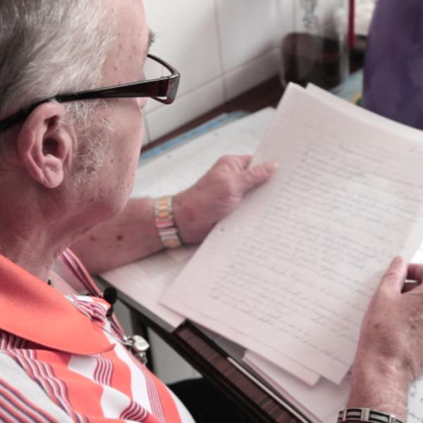 Dans l'intimité de son appartement, un père relit les lettres qu'il a écrites à sa fille durant des années…