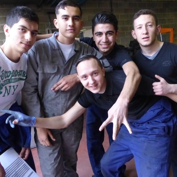 Des élèves en mécanique au CEFA de Saint-Gilles.